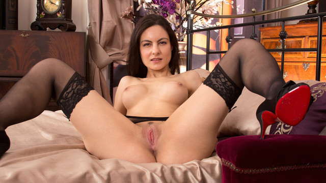 Sexy newcomer mommy